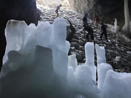 Krápníková výzdoba jeskyně Ledena Pečina