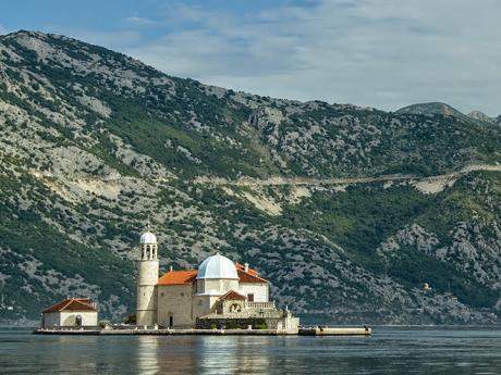 Ostrov Gospa od Škrpjela s barokním kostelem ze 17. století