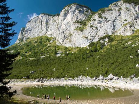 Jezero Jablan pod stolovou horou Crvena Greda