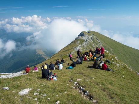 Odpočinek nad mraky při výstupu na Kom Vasojevički