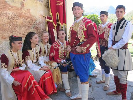Mladí Černohorci v tradičních krojích