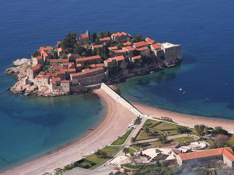 Sveti Stefan - ostrůvek na pobřeží Jadranu