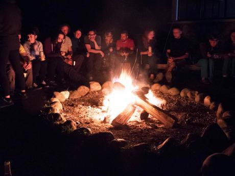 Posezení u ohně neodmyslitelně patří kvečerům v pohoří Durmitor