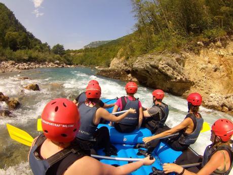 Rafting na peřejkách horské řeky Tary