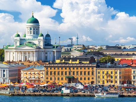 Barevné nábřeží Helsinek sdominantní katedrálou