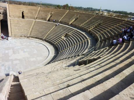 Obrovský amfiteátr vřímské Ceasarei pojme až 4000 diváků