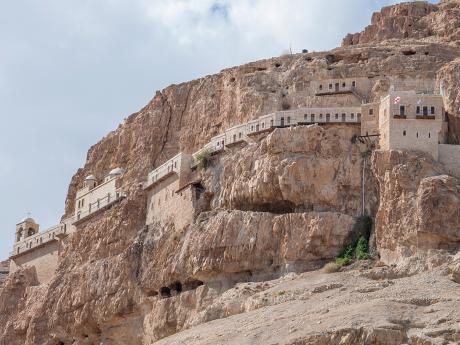 Klášter zasazený do hory Pokušení nad nejníže položeným městem Jerichem