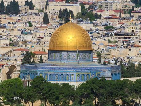 Zlatá kopule Skalního chrámu vJeruzaléme září do dálky