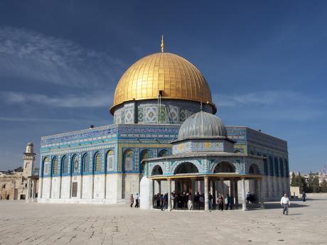 Známá mešita Skalní chrám postavená na vrcholu Chrámové hory