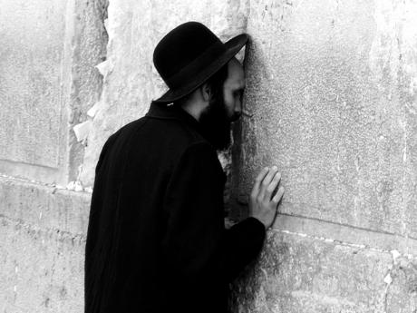 Modlící se věřící uZdi nářků vJeruzalémě