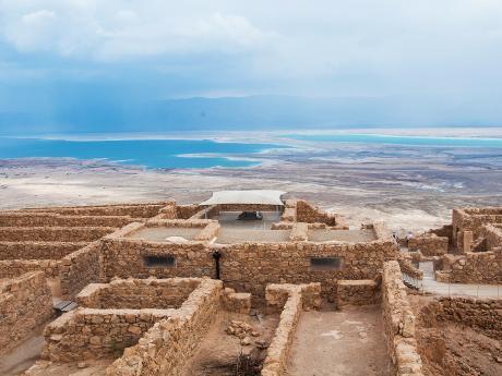 Pevnost Masada je postavena na okraji pouště sMrtvým mořem na dohled
