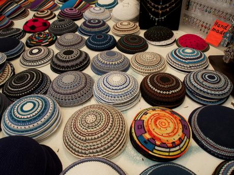 Jako suvenýr si zIzraele můžete přivést třeba pletenou jarmulku