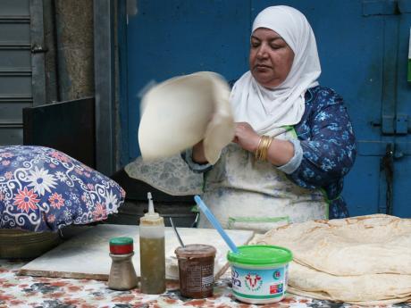 Domácí placky připravované přímo na ulici vBetlémě