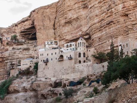 Klášter sv. Jiří postavený na stěně strmé skály vúdolí Wadi Qelt