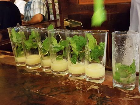 Mojito, koktejl zčerstvé máty abílého rumu, frčí na Kubě ve velkém