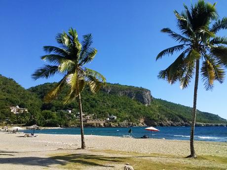 Pláž Siboney na pobřeží Karibiku nedaleko Santiaga de Cuba