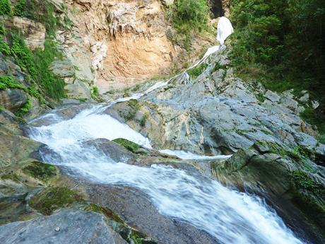 Kaskádovitý vodopád Salto de Caburní vpřírodní rezervaci Topes de Collantes