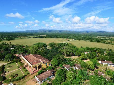 Výhled zvěže na bývalou haciendu Manaca-Iznaga vÚdolí cukrovarů