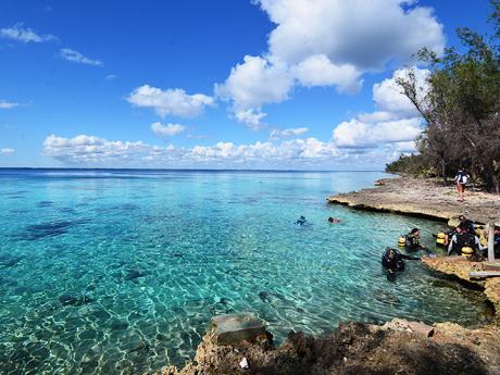 Díky krasovému podloží je moře vZátoce sviní nádherně čisté