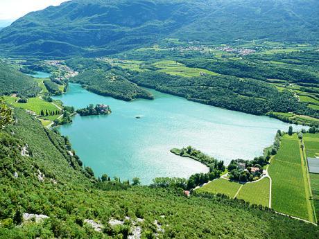 Pohled zvia ferraty Rino Pisetta na Lago di Toblino