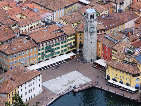 Náměstí Piazza 3 Novembre ve středu města Riva del Garda