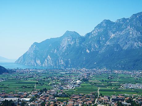 Údolí Sarca vpozadí s jezerem Lago di Garda