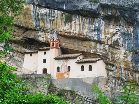 Skalní kostel Eremo di San Colombano
