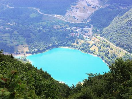 Tyrkysově modré jezero Lago di Tenno