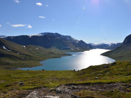 Sestup z hřebene Besseggen vede krásnou krajinou