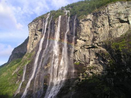 Vodopád Sedm sester padá po strmých stěnách fjordu Geiranger