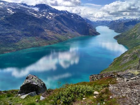 Tyrkysové jezero Gjende leží na území NPJotunheimen ana délku měří 18km