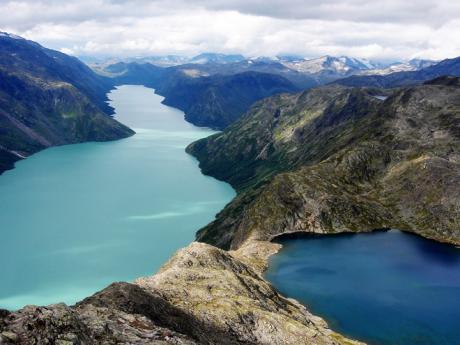 Hřeben Bessegen mezi dvěma jezery Gjende aBessvatnet