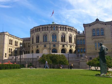 Budova parlamentu v Oslu ležící za příjemným parčíkem