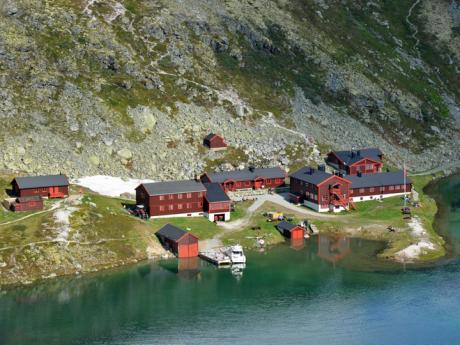 Domy u jezera v národním parku Rondane