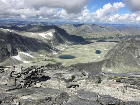 Krajinu NPRondane tvoří hluboké ledovcové kary