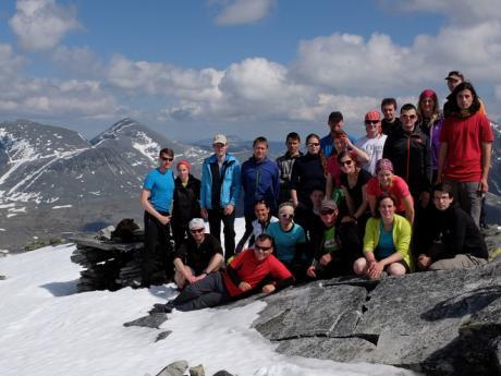 Zasloužená skupinová fotka po úspěšném dobytí vrcholu