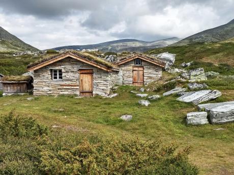 Túru norskou krajinou občas zpestří tradiční obydlí