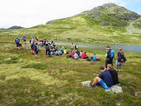 Během túry vNP Rondane je potřeba si udělat pauzu aposedět na norské trávě