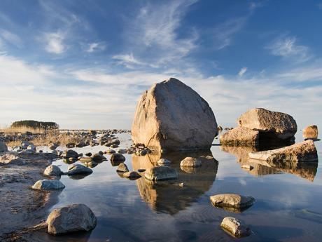 Bludné kameny jsou rozesety podél pobřeží u vesnice Käsmu