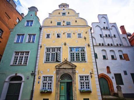 Tři bratři neboli tři domy různých architektonických stylů vcentru Rigy