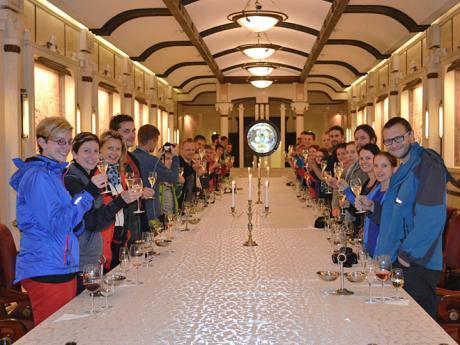 Společný přípitek během ochutnávky vín ve vinných sklepech Cricova