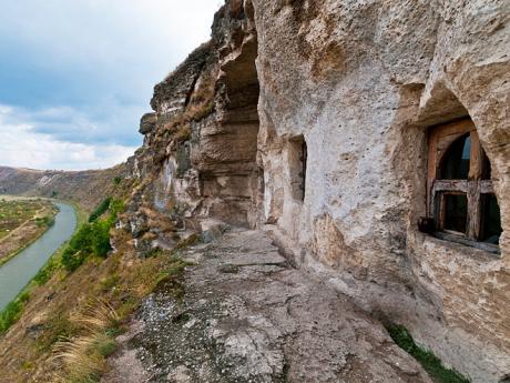 Jeskynní systém ukláštera Orheiul Vechi vysoko nad řekou Răut