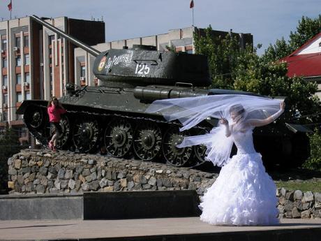 Nevěsty se v Moldavsku fotí před tankem