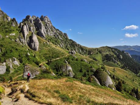 Bizarní vápencové útvary vzniklé erozí vpohoří Ciucaş