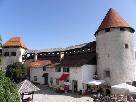 Mohutné věže bledského hradu