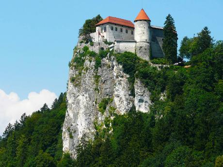 Hrad v Bledu se tyčí na skalnatém ostrohu 140 m nad jezerem