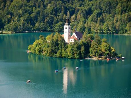 Ostrov Blejski otok uprostřed jezeřa Bled