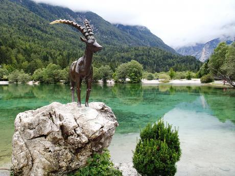 U jezera Jasna stojí socha bájného Zlatoroga