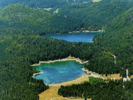 Italská jezera Laghi di Fusine uprostřed jehličnatých lesů