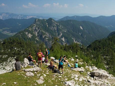 Turistická skupina se kochá výhledy na vrcholu Slemenovy špice